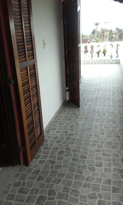 Os dois quartos do andar superior tem saída direta para o balcão