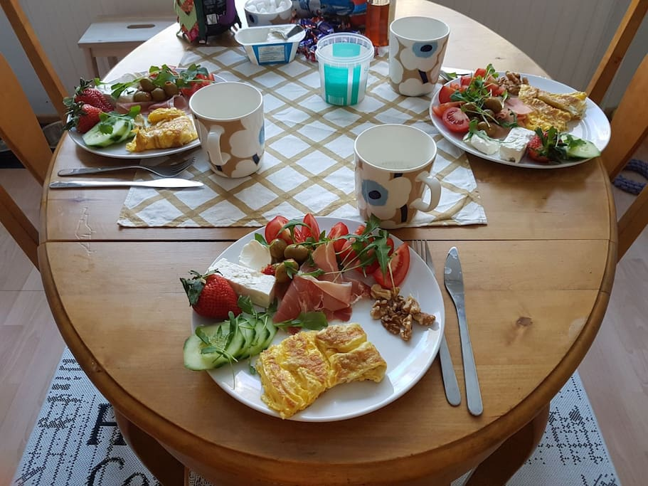 Ruokapöytä keittiössä