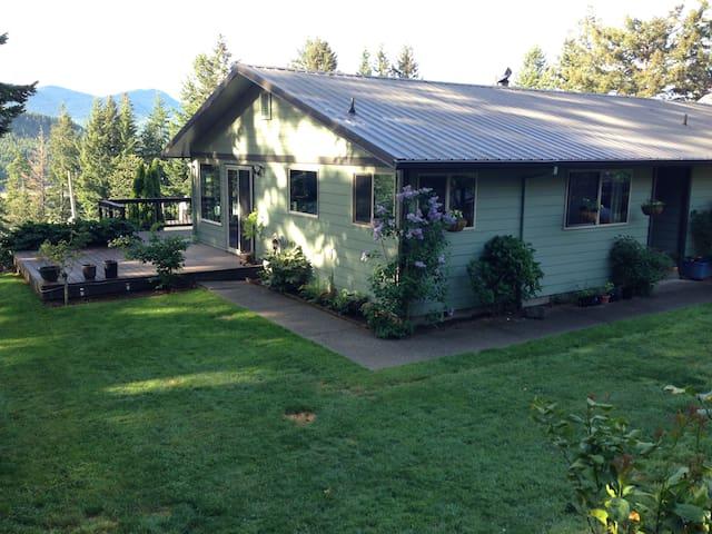 Rogue River Delight - 3 bd/2 ba River View Home