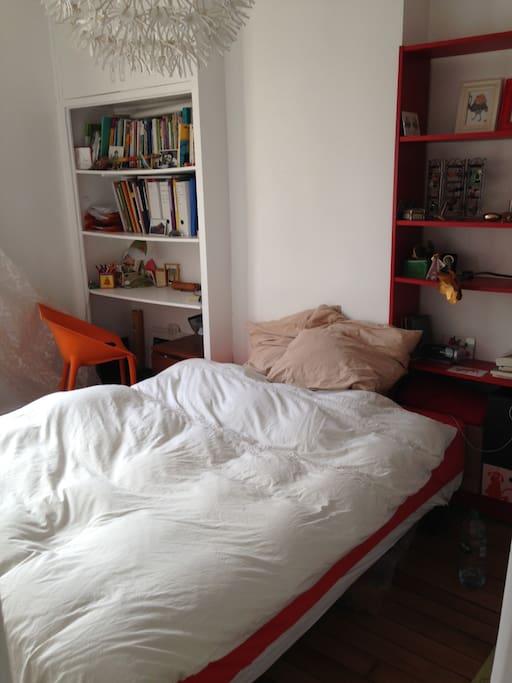 La chambre avec un lit deux places