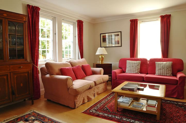 Blackfriars Apartment in the centre of Perth with courtyard garden. Sleeps 4