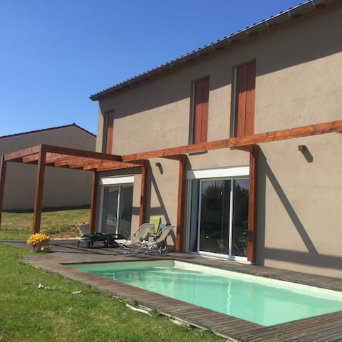 Grande villa neuve avec piscine - Mâcon - House