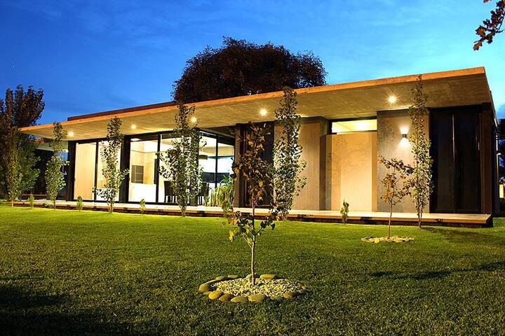 Casa en Club de Campo. Hermoso parque. P/ 4 pers