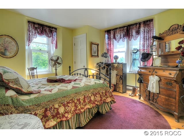 Large Bedrm w/Private Bathroom, Centrally Located
