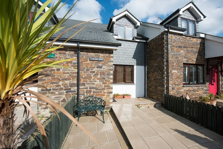 Archies Place in the heart of St Issey, nr Padstow - Churchtown - Huis