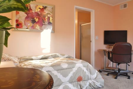 Charming studio with private entrance and patio. - Goleta
