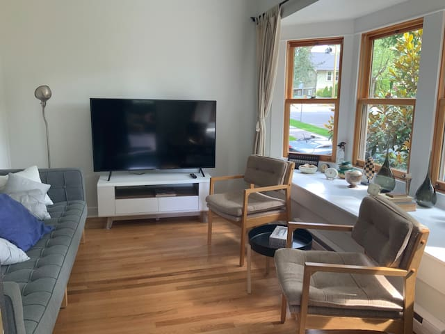 *AC* Main Floor Suite on The Drive - 4min to train