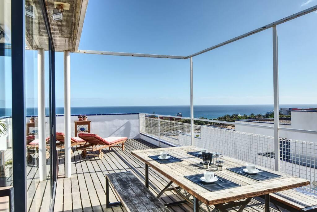 Terraza equipada con tumbonas y mesa exterior de 180 cms
