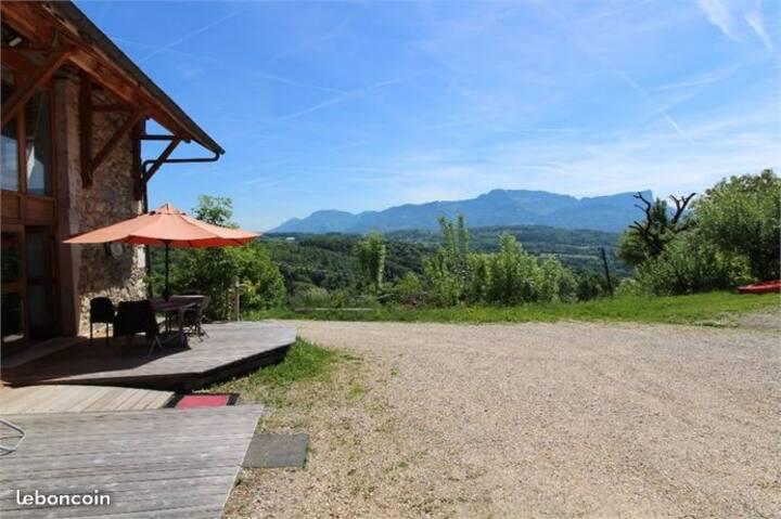 Maison de campagne avec vue sur les montagnes