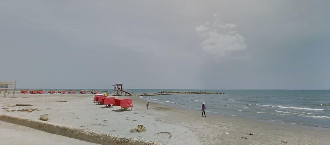Playa Marbella  en frente del Hostel