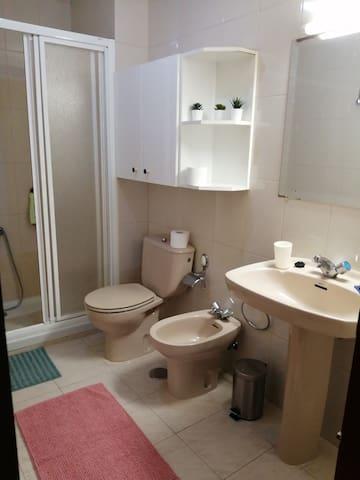 Cuarto de baño con plato de ducha