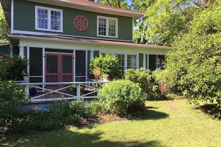 Adorable Guest House Close to Downtown - Castle Hayne