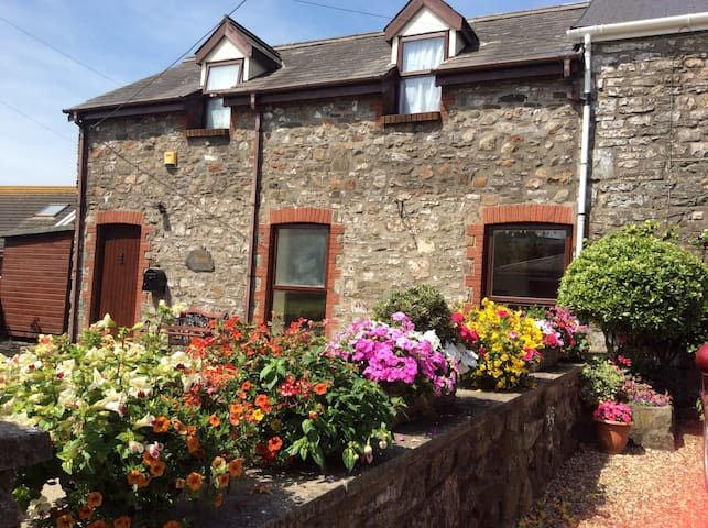 Charming 3bed cottage  in quiet coastal village