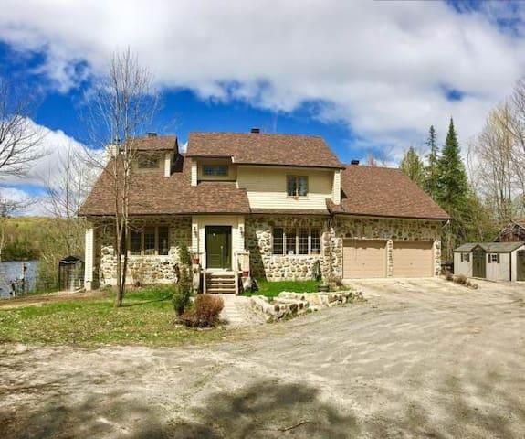 Grande maison champêtre bord de  Lac des Écorces