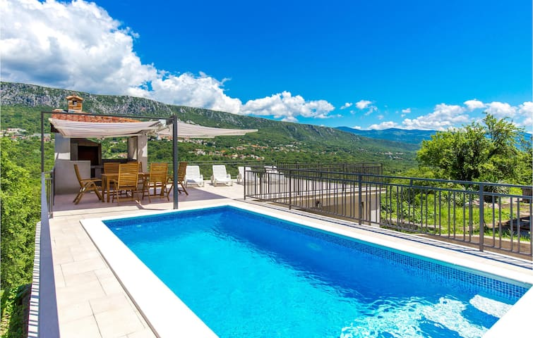 Holiday cottage with 4 bedrooms on 182m² in Bribir