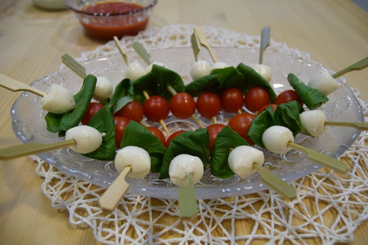 Tomates cherry con perlas de mozzarella y albahaca