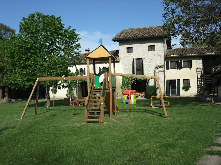 Esterno della casa con parco giochi