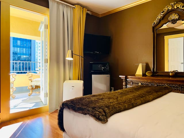 Your Gold room w/balcony in the ❤️ of Downtown