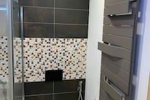 Toilette mit berührungsloser Betätigungsplatte und Reinigungsbrause