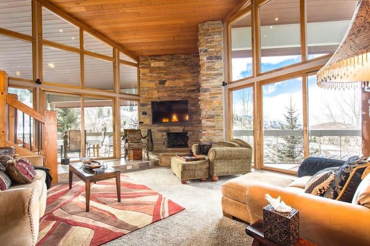 Exclusive Lower DV Penthouse -1 Min Walk to Lift, Private Hot Tub, 2 Master Suites*FREE SKI RENTAL*