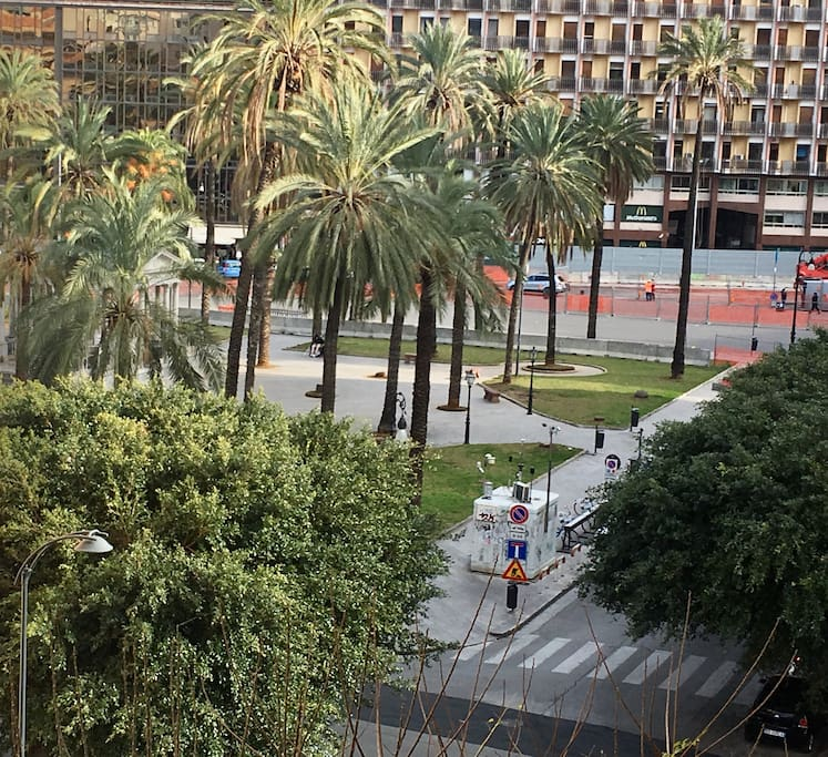 Veduta di Piazza Castelnuovo ( Politeama) dal balcone dell'appartamento