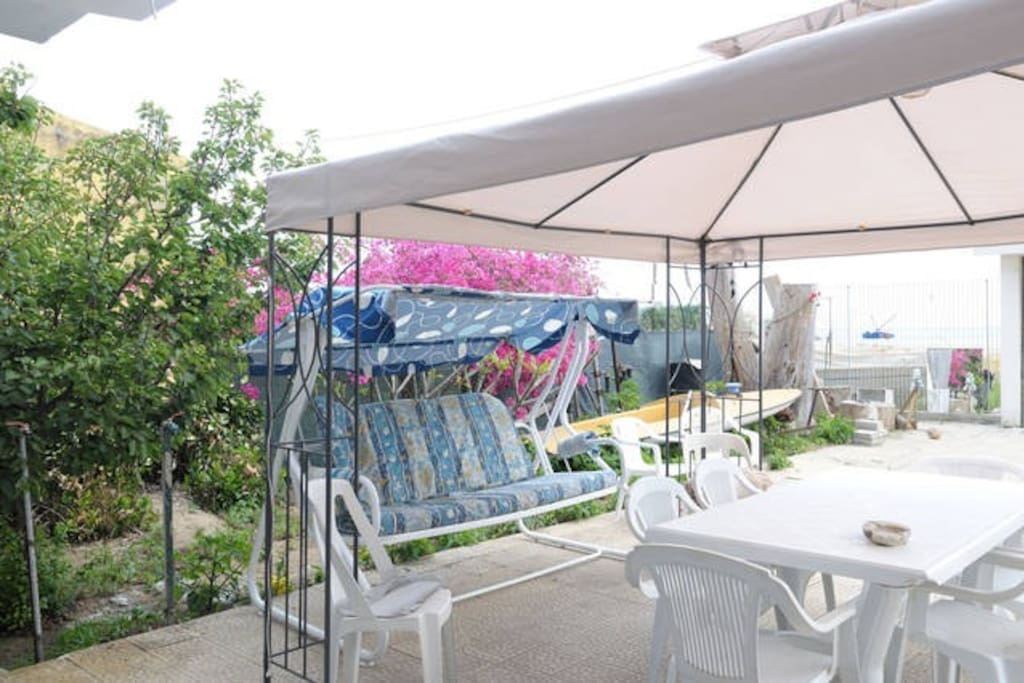 il patio con gazebo e dondolo