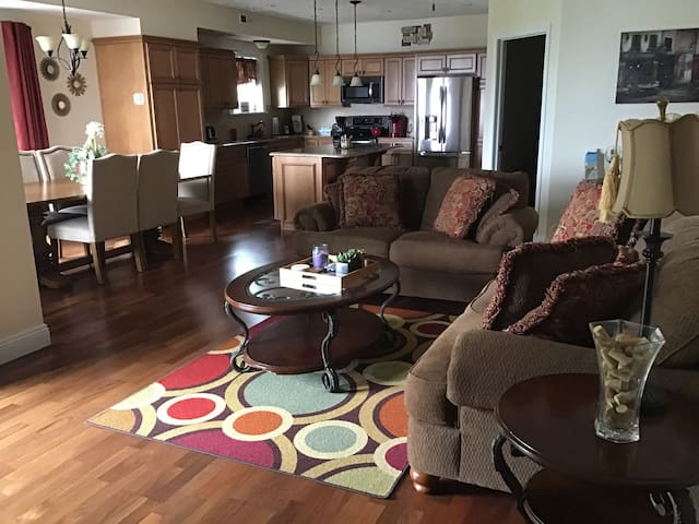 Luxury 3 BR/2 Bath Lake Front Condo--great rates