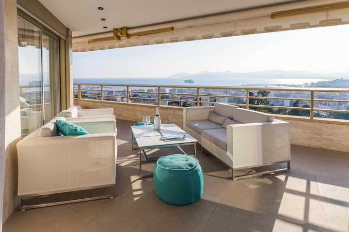 Large Terrace with view to the Cannes Island, sea & Estrel
