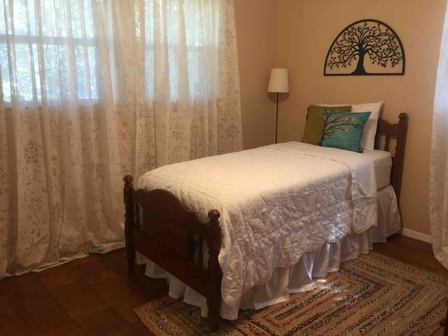 Cozy Private Room w/ Twin XL Bed in Algiers