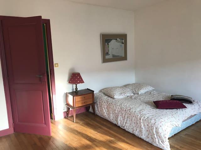 Grande chambre dans maison d'artiste.