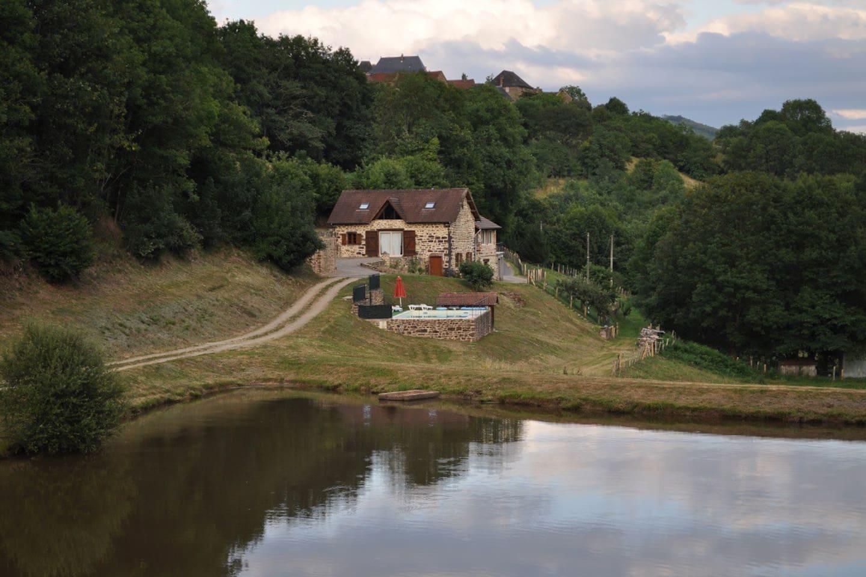 Vue d'ensemble avec piscine et étang de pêche privé (sans carte)