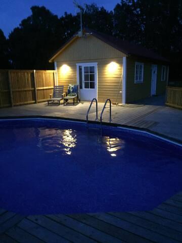 Stuga med tillgång till pool, nära havet