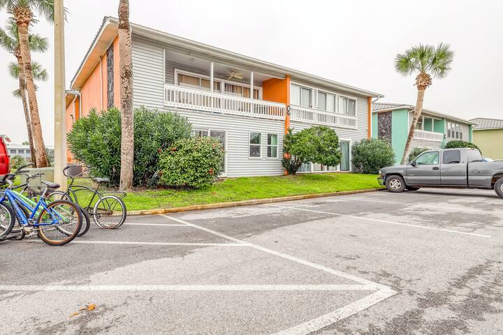 Bright condo w/ shared pool & tennis court, full kitchen, and easy beach access!