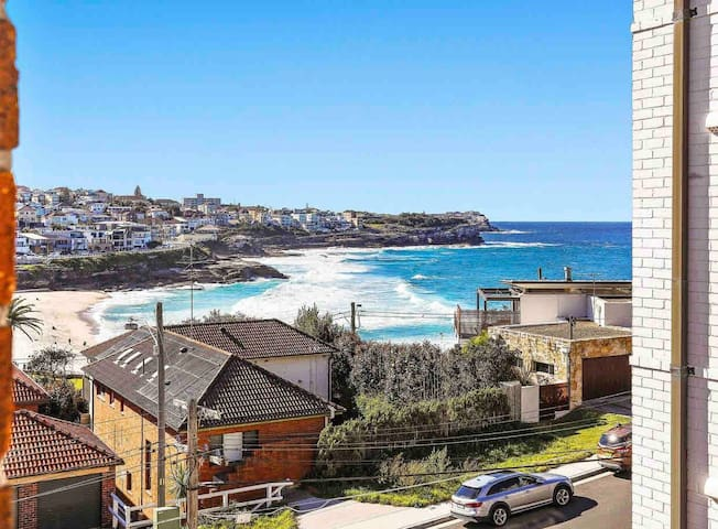 Bronte apartment - view + 2mins to epic coastline!