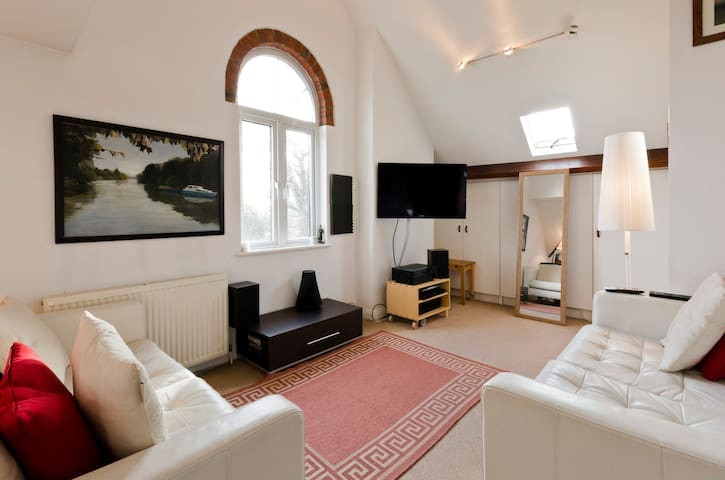 Bright, artistic apartment - Walton-on-Thames - Lejlighed