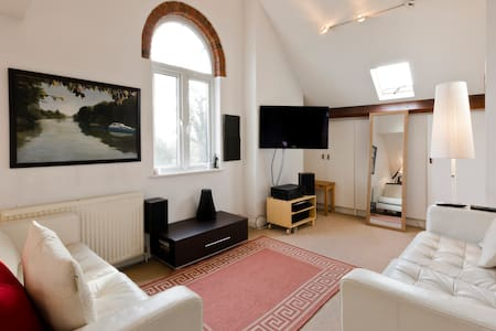 Bright, artistic apartment - Walton-on-Thames