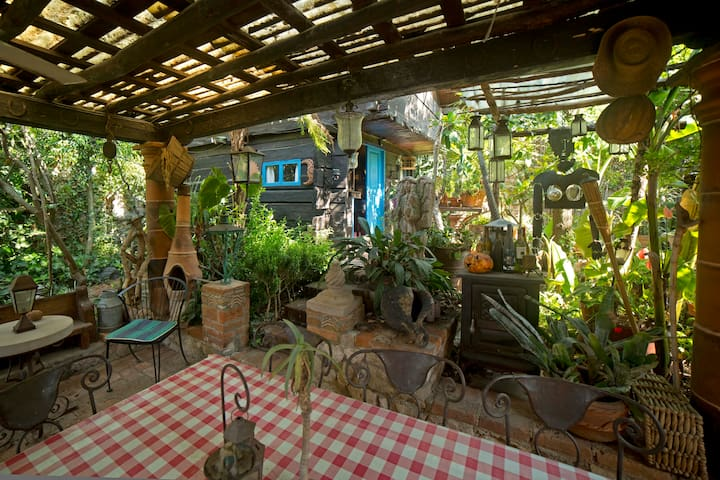Cabaña Típica en jardín