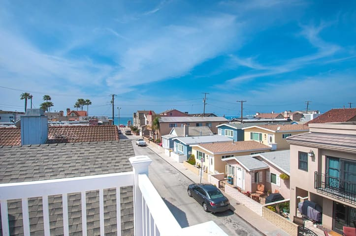 Enjoy Ocean Views from the Large Roof-Top Deck Adjacent to the Newport Pier! - Newport Beach - Appartement