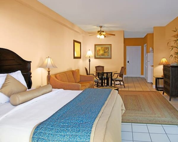 Suite w/ balcony. Jacuzzi/Pool. Near beach & bars!