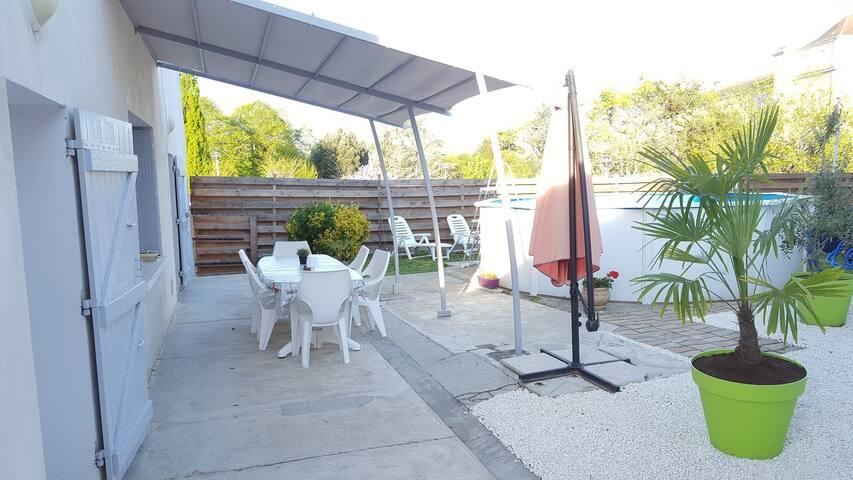 Agréable maison avec petit jardin-piscine-térasse