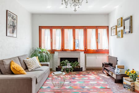 Lively and Welcoming Apartment ...close to Art