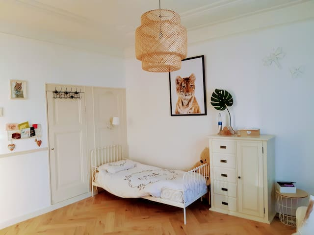 Spacious bedroom with 1p bed and 2p sleeping coach