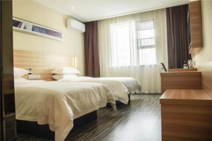 城市出行首选,房间装修简约时尚,周边配套设施齐全,出行便利。