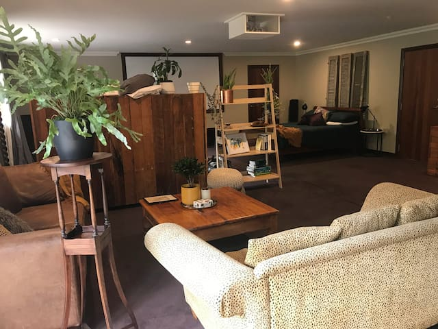 Hunua Haven is a comfortable Rural environment.