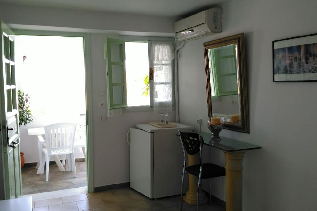 "Δωμάτιο ""2"": με ψυγείο, air-conditioning,  flat TV & θέα στη θάλασσα  Room ""no2"": with fridge, air-conditioning,  flat TV & sea view"