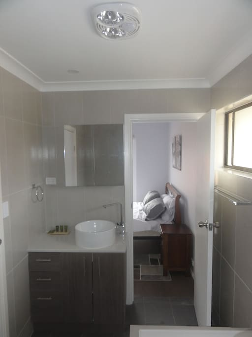Shared main bathroom with access to master bedroom