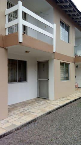 ADORÁVEL SOBRADO NA QUADRA DO MAR - ITAPOÁ - SC - Itapoá - Condominium