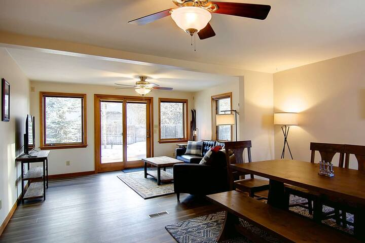 Private Dog Friendly Downtown Home w/Fenced Yard, EZ Walk to Eat, River, Park,Trails, Bus-Uber Clean