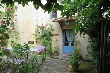 Quartier historique Mamers. Gîte avec Jardin