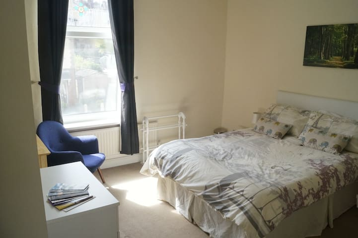 Master bed in welcoming home 10 mins to city - Sheffield - House